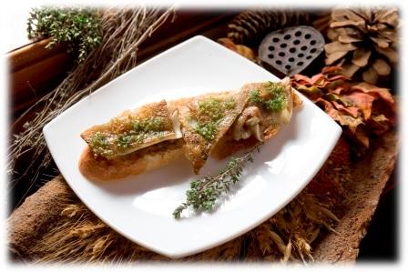 Tosta de Oreja de Cerdo a la Miel con Aroma de Tomillo